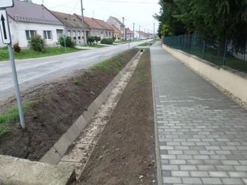 Chodníky a parkovisko
