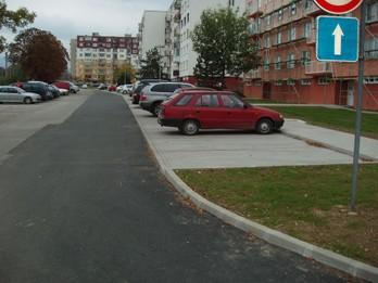 Chodník a parkoviská